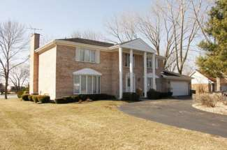 3467 Whirlaway Drive – Northbrook – Sold for $680,000