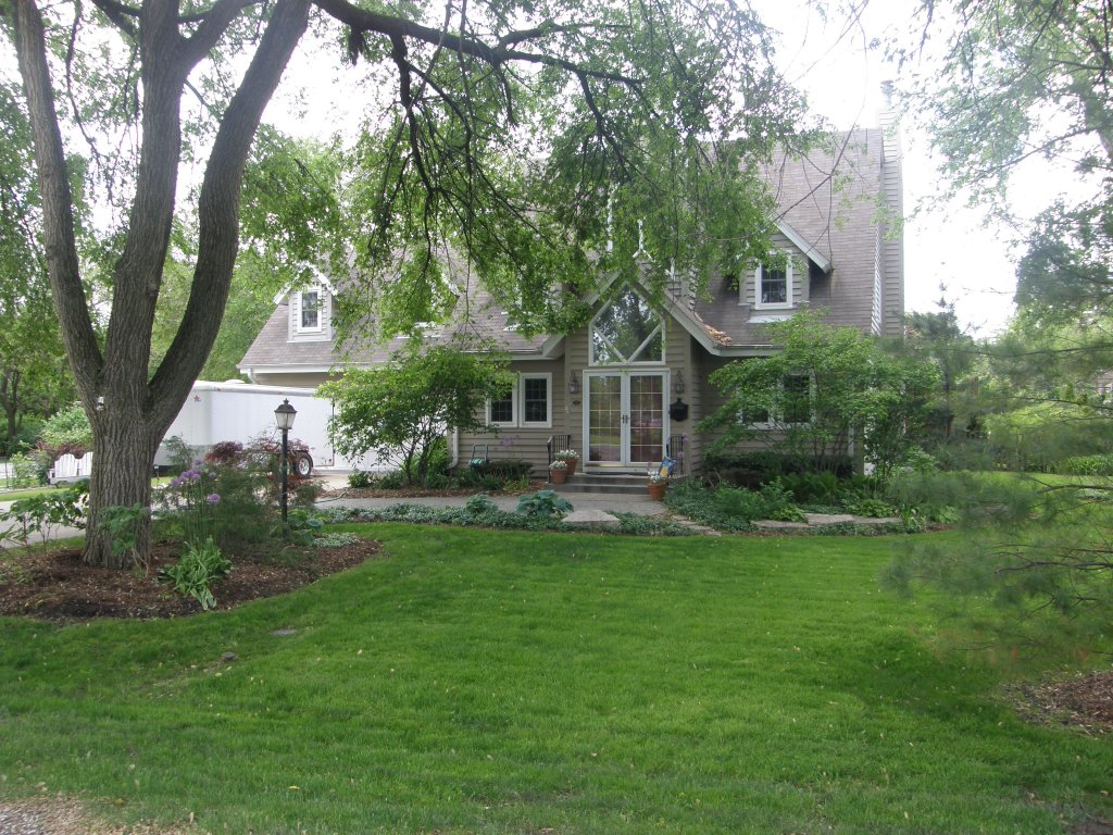 Beautiful newer home in Glenview's Countryside area.